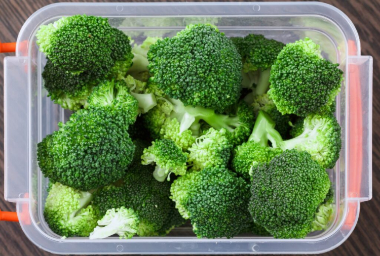 Broccoli can be frozen raw or blanched